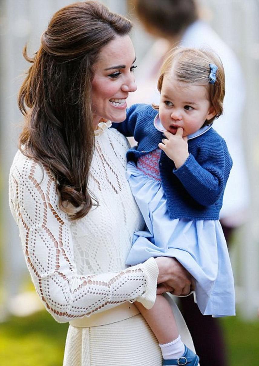 A megszeppent kis Charlotte egy kis bátorításra szorult édesanyjától, aki a kezében vitte ott a többi gyerekhez játszani.
