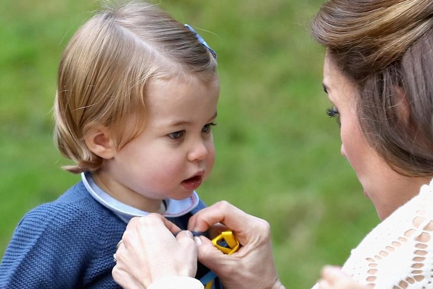 Gyönyörű anya-lánya pillanatot kaptak le a fotósok: Katalin hercegné ilyen gyengéden gombolja be kislánya felsőjét.
