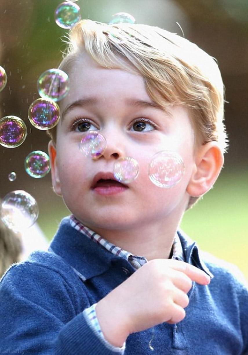 Persze azt is élvezte, mikor valaki más fújta a buborékokat: tátott szájjal ámult a csillogó, színes, lebegő kis gömbökön.