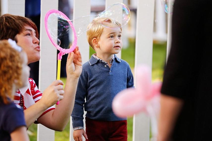 Egy különleges eszközzel óriási buborékokat is előállítottak a gyerekzsúron részt vevő segítők. Ez nagyon elnyerte a kisfiú tetszését.