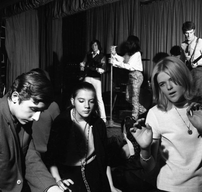 A zenés és táncos rendezvények nemcsak ma adnak színteret az ismerkedésnek, már a '70-es években is népszerűek voltak a szórakozóhelyek, ahol könnyed koncerteken mulatoztak a fiatalok. A kép 1979-ben készült, amikor már több ilyen kultikus hely is megnyitotta kapuit.