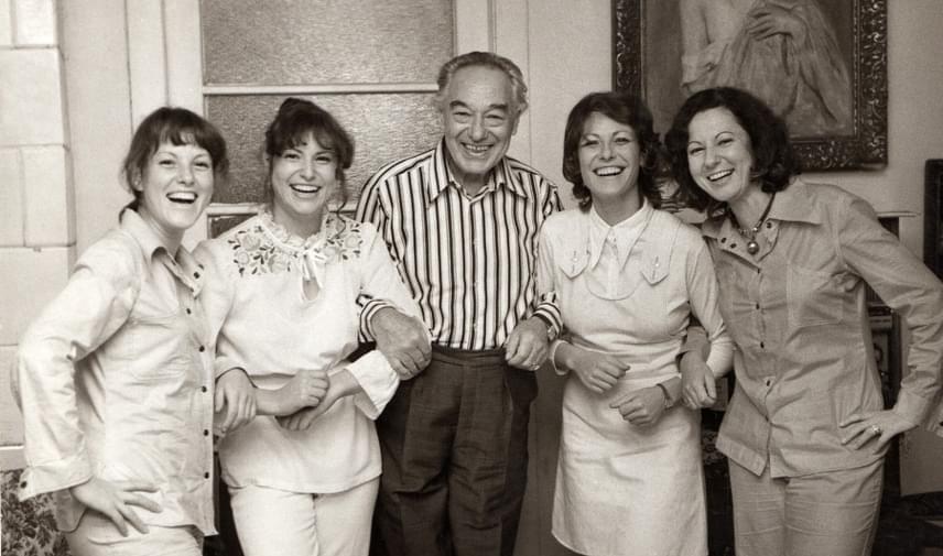 Bilicsi Tivadar büszkén mosolyog négy lánya társaságában