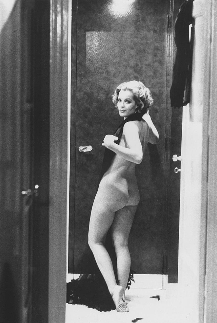 Habár a legtöbb ember emlékezetében Romy Schneider egy visszafogott színésznőként él, bizony volt egy másik oldala is. Ezen a felvételen például teljesen fesztelenül sétálgat a lakásban, miután minden ruhájától megszabadult.