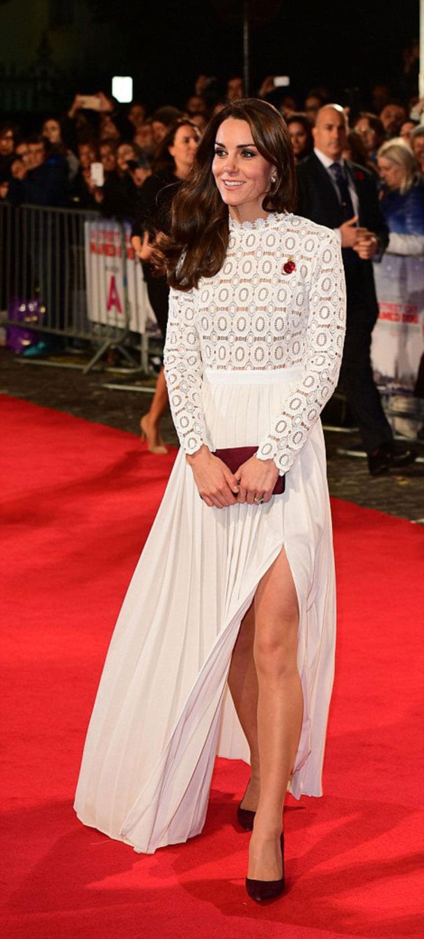 Katalin hercegné 2016 novemberének elején ebben a gyönyörű Self-Portrait ruhában lépett a vörös szőnyegre az A Street Cat Named Bob című film londoni premierjén. Ez a magasan felvágott szoknya még tőle is merész húzásnak számít.