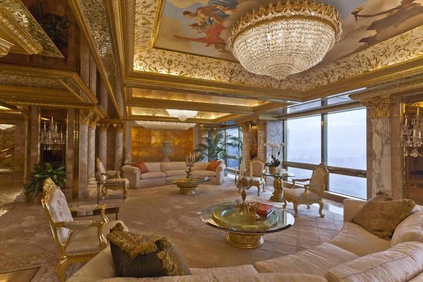 Mintha nem is egy lakásban, hanem egy luxusszálloda halljában lennénk: pedig ez a Trump család meghitt nappalija.