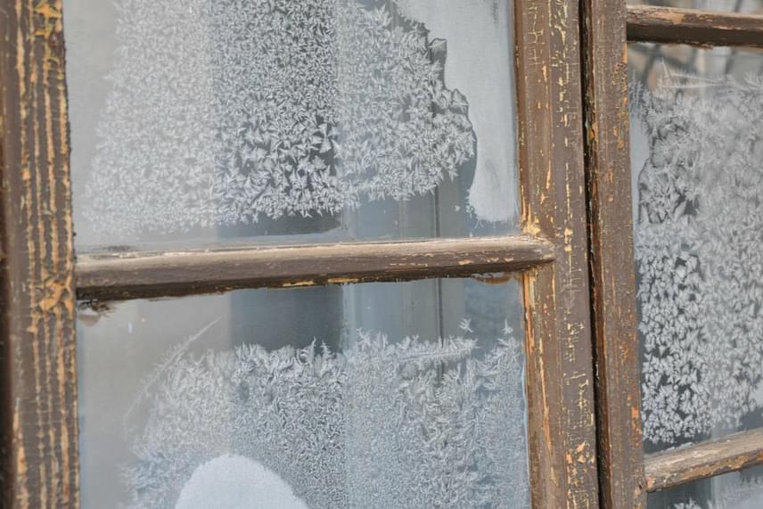 A zúzmarás ablakot minden gyermek áhítattal csodálja a meleg szobából, valójában azonban nagy bosszúságot okozhat. Ha szeretnéd megóvni az üveget a jegesedéstől, egy egyszerű recept lesz a segítségedre, amelyet bármely üvegfelületen sikerrel alkalmazhatsz.