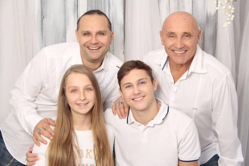 Pataky Attila fiaival és unokájával, Lilivel