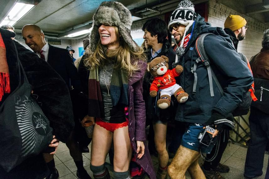 Egy nadrág nélküli metrózási akció résztvevői alsóneműben egy New York-i metróállomáson 2017. január 8-án. A hideg ellenére rengetegen szálltak fel a szerelvényekre meztelen lábakkal.