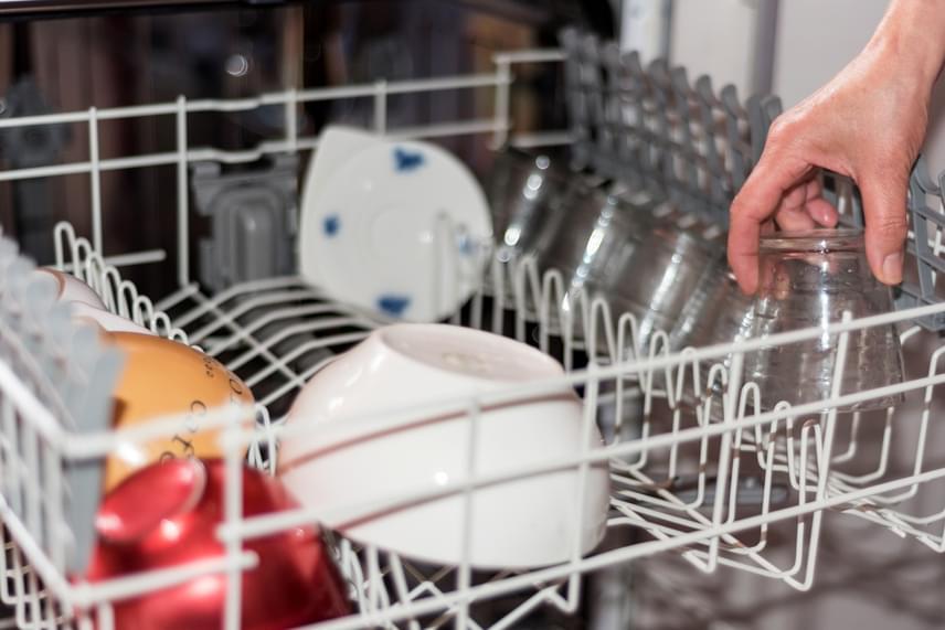 Bármilyen higiénikusnak is tűnhet, a vágódeszkát nem szabad mosogatógépben mosni, a nedvesség és az igen magas hő hatására ugyanis a fa rostjai károsodhatnak, ami által jelentősen csökkenhet az élettartama.