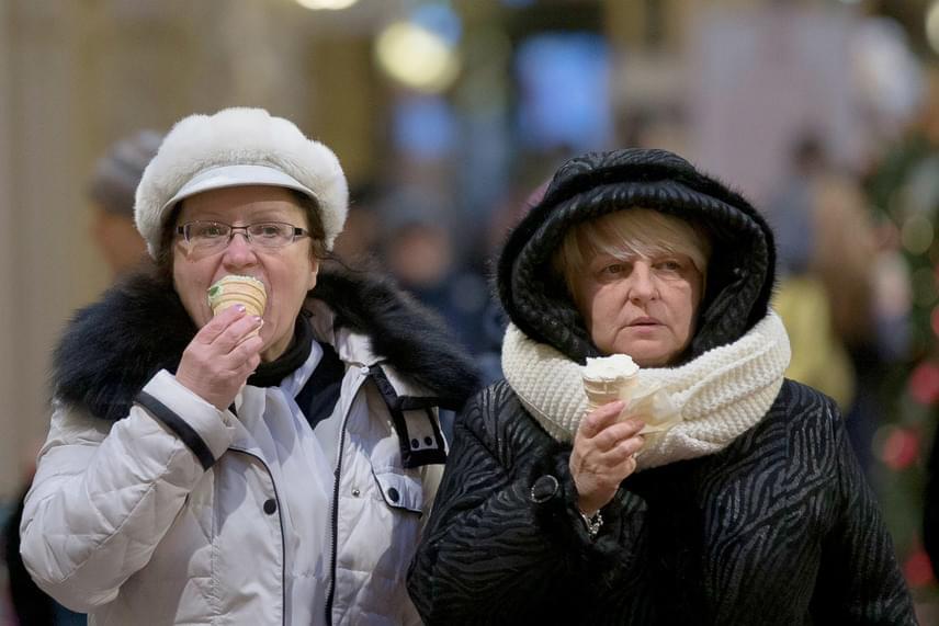 Tél Oroszországban: fagylaltoznak az emberek a moszkvai Vörös téren, a GUM áruház előtt 2017. január 10-én, amikor a levegő hőmérséklete -9°C az orosz fővárosban.