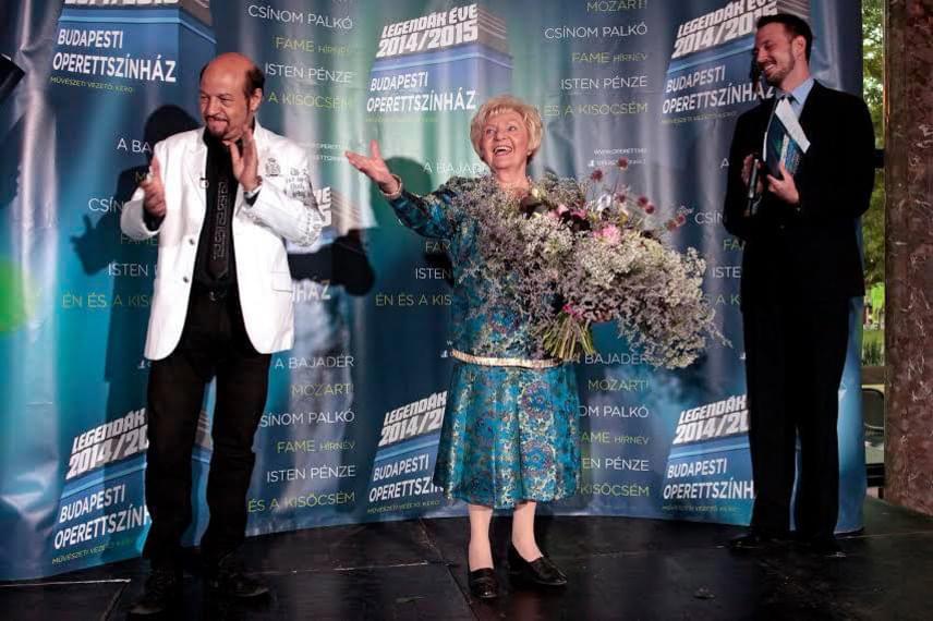 Kerényi Miklós Gábor és Bálint Ádám az Operettszínházban a 90 éves színésznőt köszöntötték