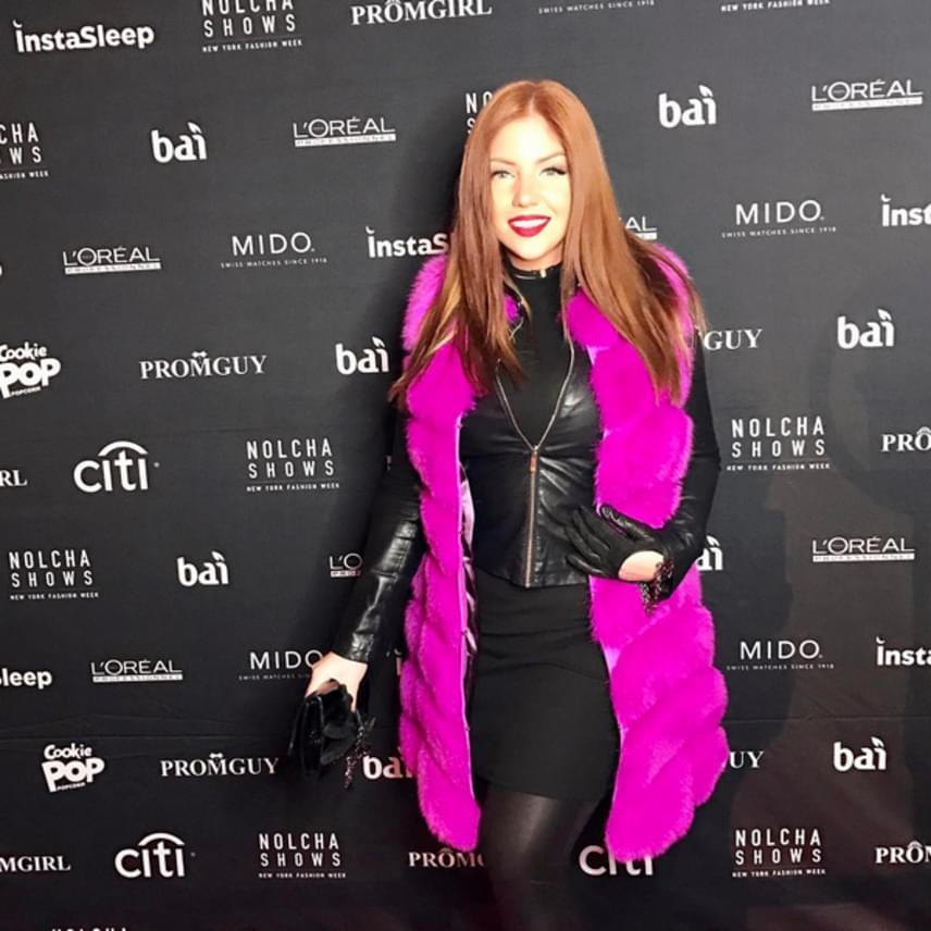 Tolvai Reni ebben a dögös szerelésben érkezett a New York-i divathétre. A lila szőrmekabátot a Furever, a kesztyűt a Gucci, a borítéktáskát pedig a Guess What Budapest kollekciójából választotta.