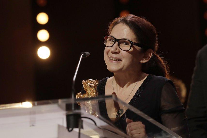 Enyedi Ildikó, miután Testről és lélekről című alkotásáért átvette a legjobb filmnek járó Arany Medve díjat a 67. Berlini Nemzetközi Filmfesztivál díjkiosztó ünnepségén