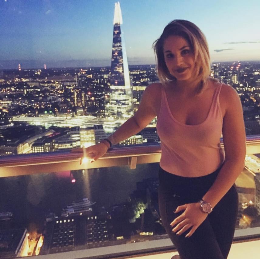 """Nyári Dia Londonban, a Sky Gardens tetején. A 22 éves sorozatsztár vérbeli nő, és nem is lehetne dögösebb. """"De szép vagy"""", """"gyönyörű vagy"""", bókoltak neki rajongói."""