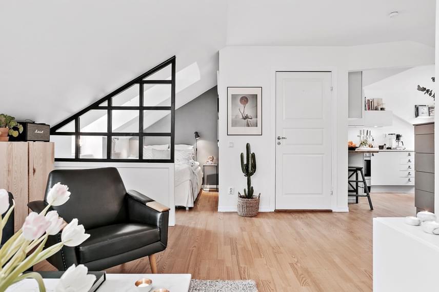 Kis alapterülete ellenére nagyon otthonos kis lakást alkottak meg a tulajdonosok, melyben bár nincsenek külön helyiségek, mégis találhatóak viszonylag szeparált helyek, például a hálószobának.