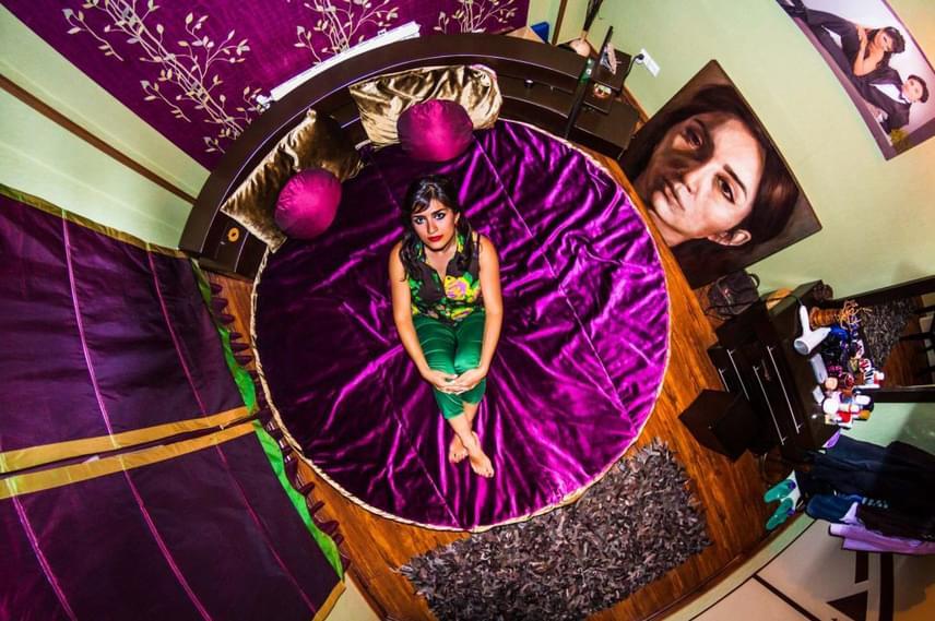 John Thackwray minden egyes fotóját úgy készítette el, hogy a hálószoba mennyezetére rögzítette a kamerát. Itt épp egy iráni, teheráni lány otthonában tette ezt.