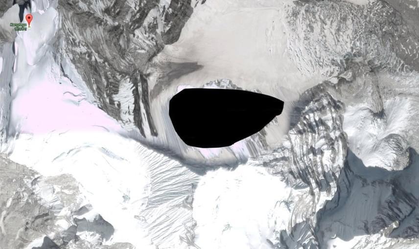 Van egy pont a Himalájában, amit korábban egyszerűen egy fekete folttal takartak el a térképen, nem kis megdöbbenést okozva ezzel. A nepáliKangtega, vagy más néven a Snow Saddle az örök hó birodalmában, 6700 méter magasan található, és a fenti kép terjedt el róla. Egyes vélemények szerint egy titkos náci bázis volt ott, mások UFO-látogatás helyszínét látják benne. A foltot azóta levették, mégis elgondolkodtató, amikor egy civilizációtól távol eső pontot feketére színeznek be, még ha csak ideiglenesen is.
