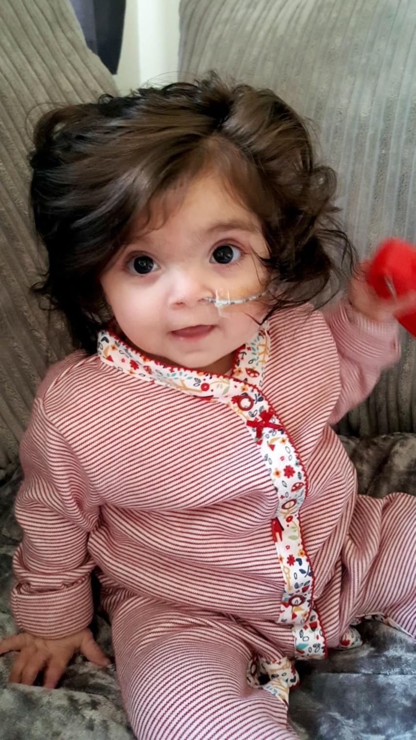 Hirtelen ránézésre Bellát sokszor vélik játék babának, de nemcsak apró mérete és nagy haja miatt, hanem azért is, mert rendkívül nyugodt és csendes baba.