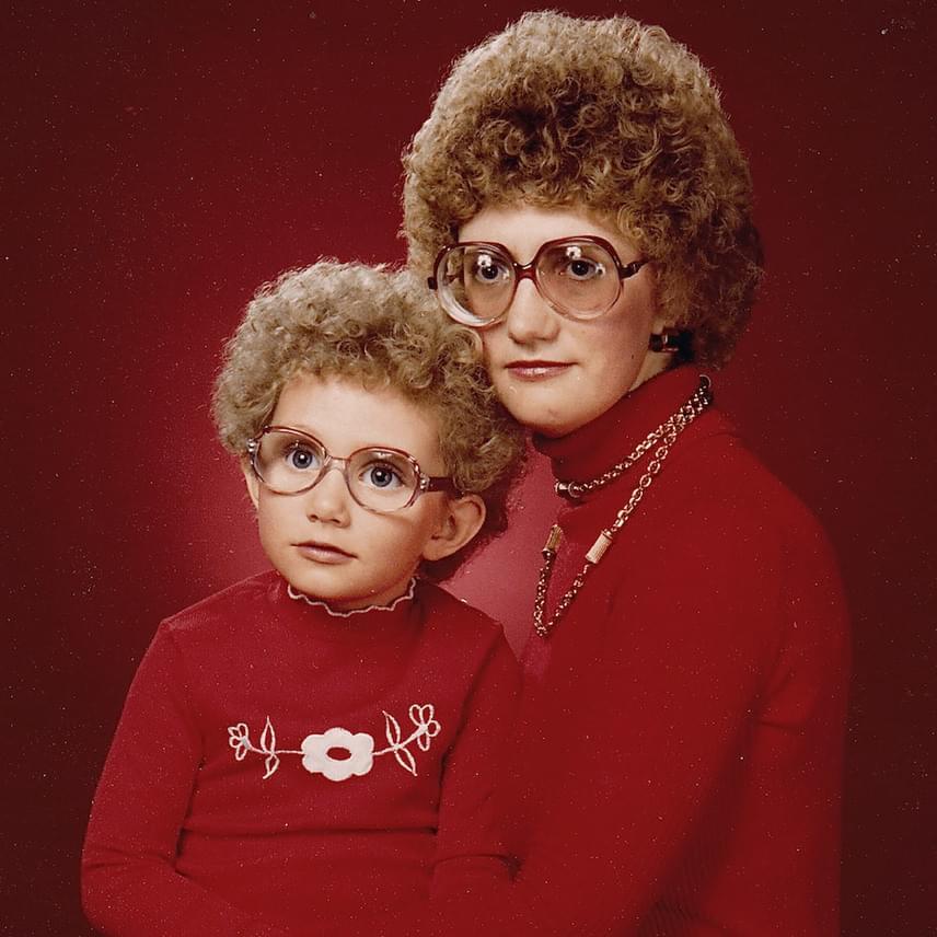 Egyenpulcsi, egyenszemüveg, egyenfrizura: anya és lánya olyanok, mint két göndör tojás a diszkókorszakból.