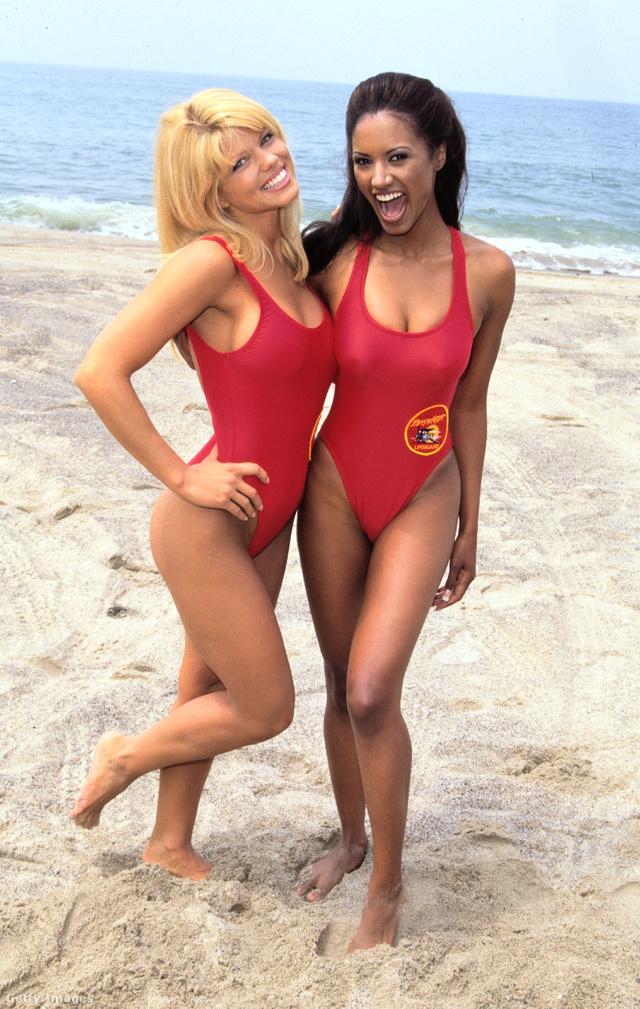 Így festettek piros fürdőruhában a Baywatch sztárjai a 90-es években.