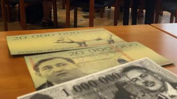Mészáros Lőrinc arcképével díszített bankókat szórtak civilek Pécsen