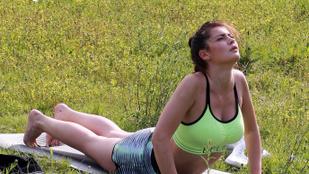 Már jógázás közben is nézegetheti Orlando Bloom szexi pincérnőjét