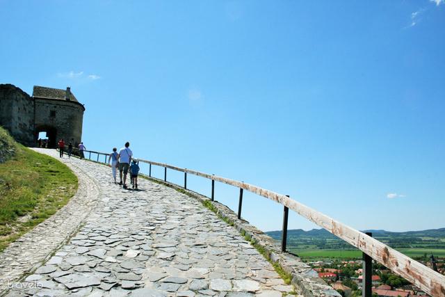 A sümegi vár bejárata előtt: kisgyerekeknek is vállalható az út, de vigyázzunk velük a korlát közelében