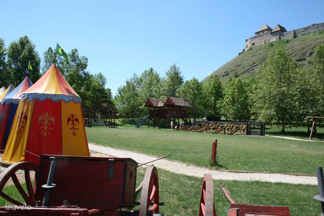 A sümegi vár alatti török sátrak, harci eszközök és játszótér