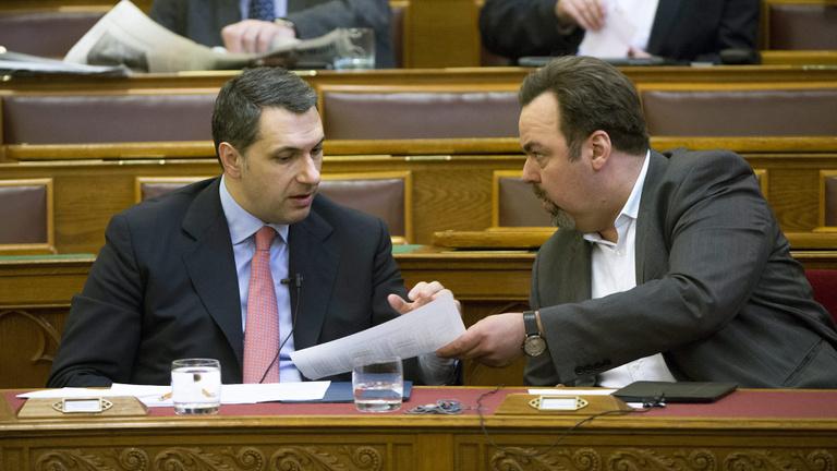 Várkert Bazár-ügy: a Miniszterelnökség elismerte a vizsgálatot, L. Simon László Lázárra mutogat