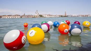 Óriás biliárdgolyók úsznak Velencében