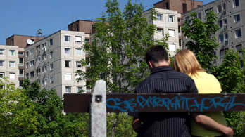 Orbánék lebontják a panelházak felső szintjeit
