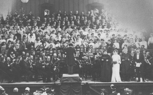 Mahler Beethoven IX. szimfóniáját vezényli, balra az első, jobbra a második hegedűszólam (1905)