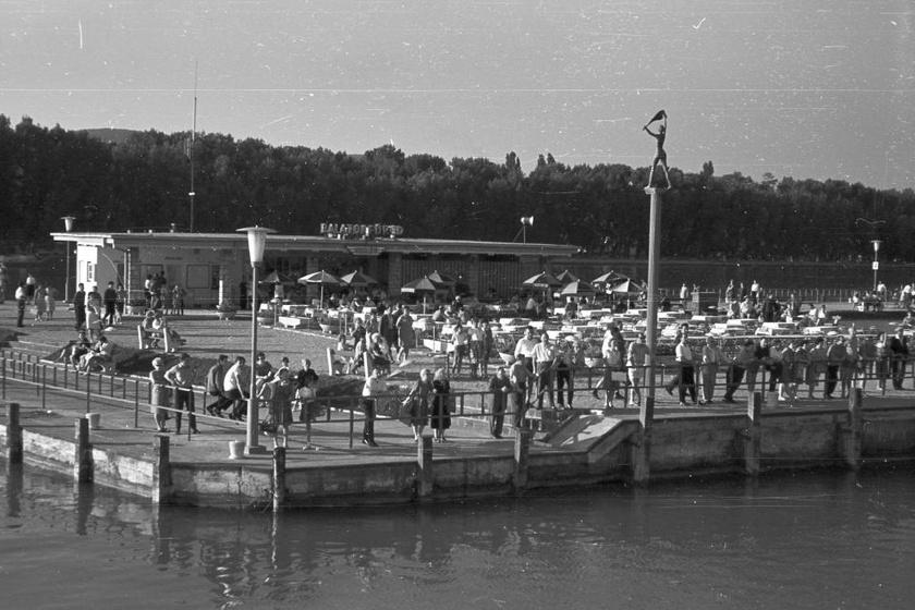Balatonfüred szépen kiépített partján nyüzsögtek a turisták. Főként német és magyar szót lehetett hallani.