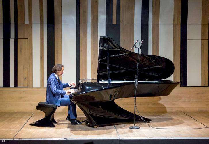 Bogányi Gergely Kossuth-díjas zongoraművész játszik új fejlesztésű futurisztikus külsejű számos technikai újítással készült hangversenyzongoráján a Budapest Music Centerben tartott sajtóbemutatón 2015. január 20-án.