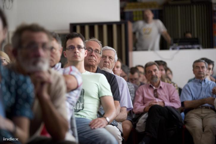 Közönség a könyvbemutatón, köztük Jeszenszky Géza