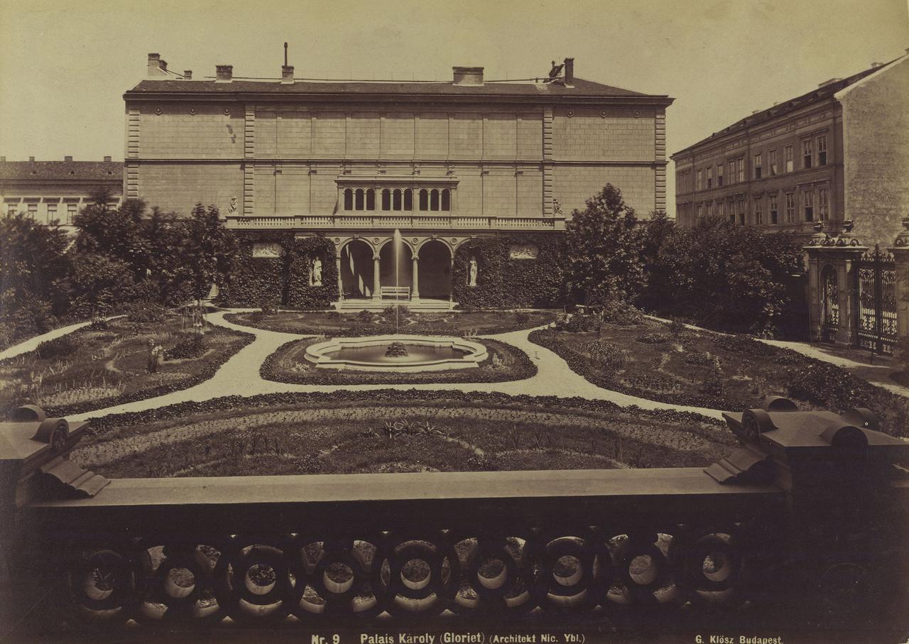 A Pollack Mihály tér és a Múzeum utca sarkán álló Károlyi-palota kertje Klösz György 1881 előtt készült felvételénAz egykori mágnásfertály az 19. században tele volt pompázatos főúri lakokkal és magánkertekkel. Gróf Károlyi Lajos, majd Alajos palotaszomszédai például az Esterházy és a Festetics családok voltak. Ez a Károlyi-kert nem tévesztendő össze a sokat megélt, de ma is látogatható másik Károlyi-kerttel, az egyetemisták, játszóterezők, fűre heveredők kedvenc belvárosi helyével.  A fotó előterében az Ybl Miklós tervezte palota hátsó homlokzatának lépcsőkorlátja látható, innen lehetett megközelíteni a sétányokkal tarkított, szökőkutas kis parkot. A szemben látható gloriette mögött a Károlyi család bérházának tűzfala rejtőzött, amelynek a horizontális és vertikális osztás próbált némi pompát kölcsönözni.