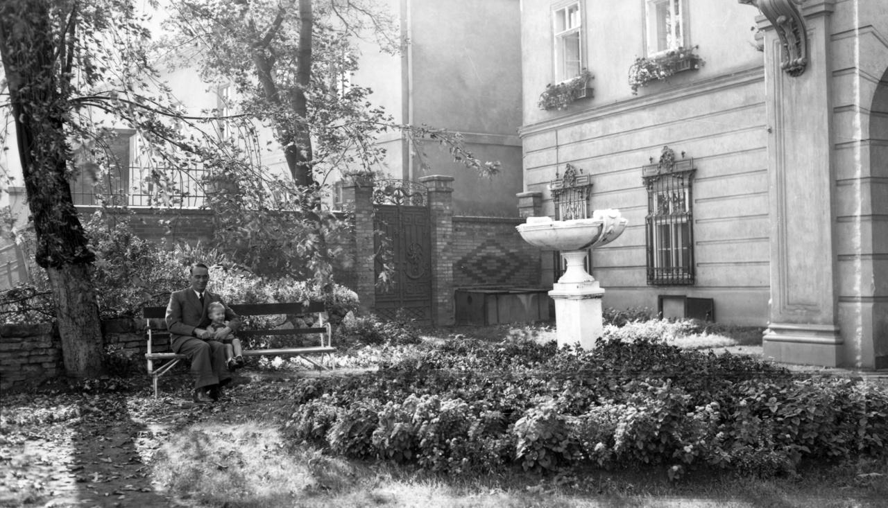 A korábbi brit követség kertje és Ibolya utcai kapuja 1943-banAz egykori Verbőczy (ma Táncsics Mihály) utcai Hatvany-palota ősfás, burjánzó kertje lehetne akár a vidéki Angliában is. A hulló őszi falevelek alatt egy kisfiú és Carl Lutz svájci diplomata. Ahogy Ungváry Krisztián a Lutz-válogatásban írta, az épület 1942-től a svájci idegen érdekeket ellátó osztály vezetője, azaz Lutz rezidenciája lett. Ugyanis miután Nagy-Britannia és Magyarország között beállt a hadiállapot, a brit diplomácia érdekei képviseletét, illetve ingatlanjait is Svájc rendelkezésére bocsátotta.