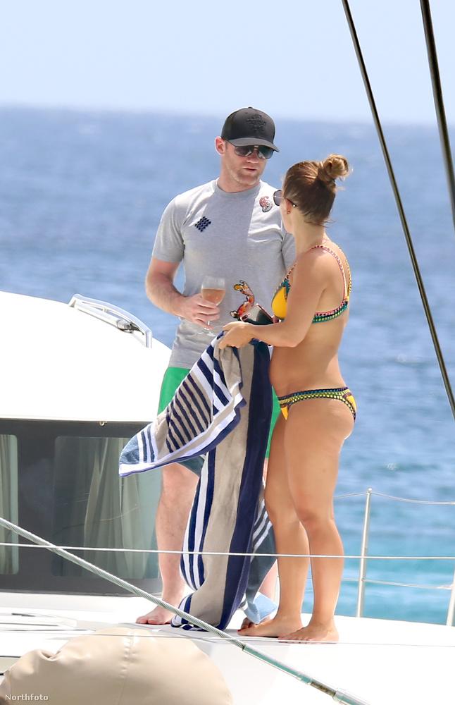 A képek egy luxusjachton készültek, Barbados közelében, ahol Rooneyék családi nyaraláson voltak.
