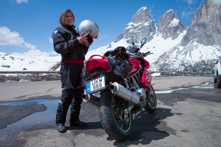 Kati és a hegyek és a Ducati és a sisak