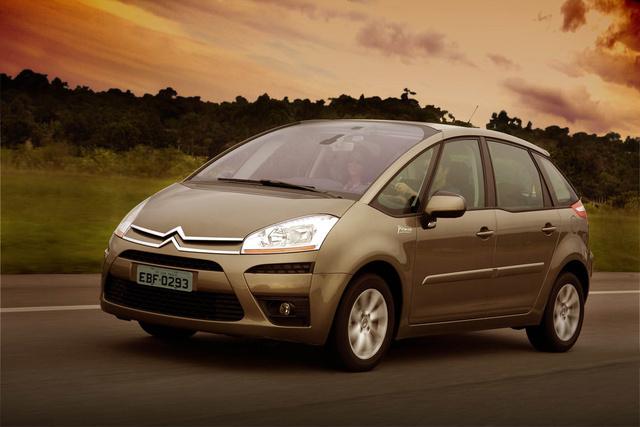 A képen egy, a balesetben részes Citroën C4 Picassóval azonos típusú és színű autó látható