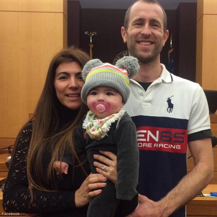 Lewis Bennett és Isabella Hellmann 8 hónapos kislányukkal