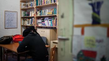 Hiába rugdossák a problémás gyerekeket, kizuhannak az oktatásból