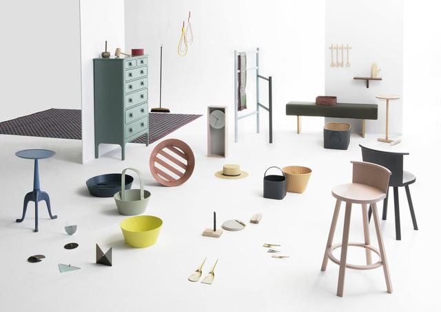 A Soho-ban található DWR-ben mutatta be utópikus kollekcióját a Shaker Design Project, akik 14 nemzetközi dizájner stúdióval közösen gondoltak újra több, mint 55 lakberendezésben jól ismert formát a kanapétól a fakanálig.