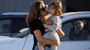Eva Mendes alig tud úgy végigmenni az utcán, hogy közben ne puszilgassa szét a kislánya arcát