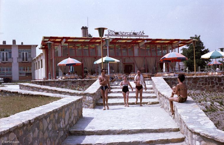 Ugyanabban az évben pedig ilyen volt a hangulat a Szelidi-tónál.A háttérben a Tó-vendéglő, ami annak idején népszerű volt