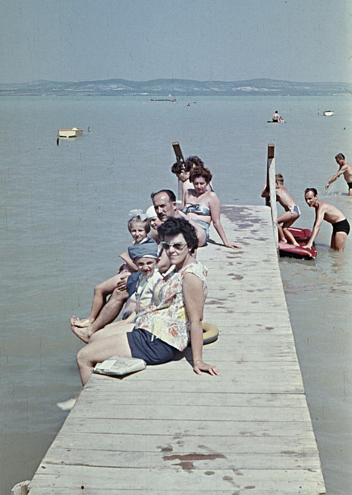 Nem teljes a nyár egy balatoni életkép nélkül 1966-ból.Balatonszárszón készült ez a kedves családi fotó