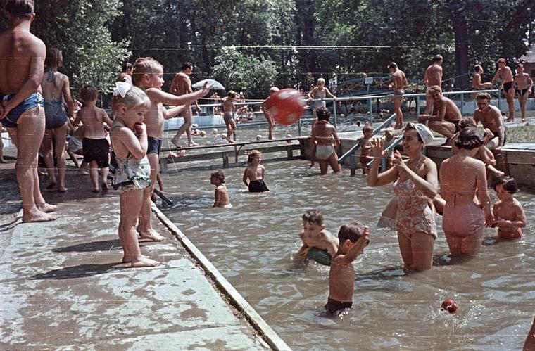 Ez a pillanat pedig már két évvel később, 1960-ban lett megörökítve a Római strandfürdőn, Budapesten
