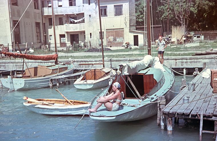 Itt a dátum már 1950 és ugyanattól az adományozótól két nagyon különleges fotó: a helyszín az akkori Yacht Club és kikötője Balatonfüreden