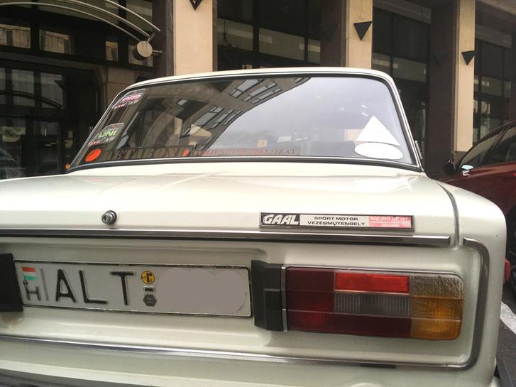 A feliratra figyeltem fel: az eredeti Lada-emblémára hasonlít, de azonnal észrevenni, ez a négy betű nem az a négy betű