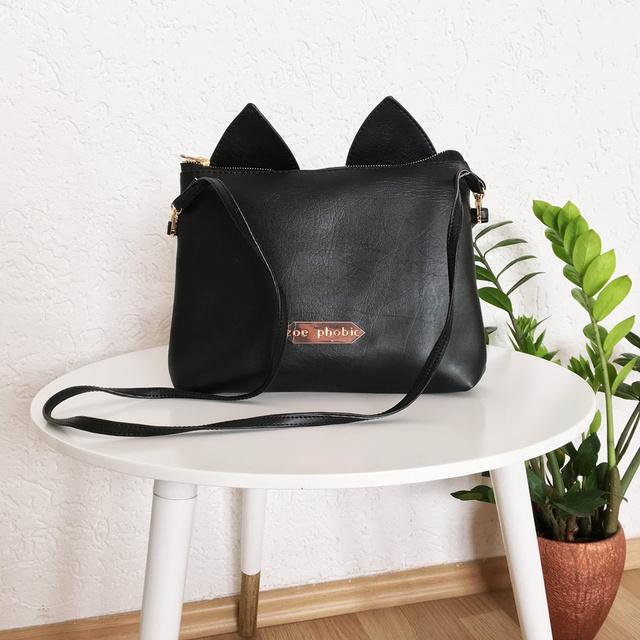 10 ezer forintra árazta be cicafüles táskáit a Zoe Phobic tervezője.